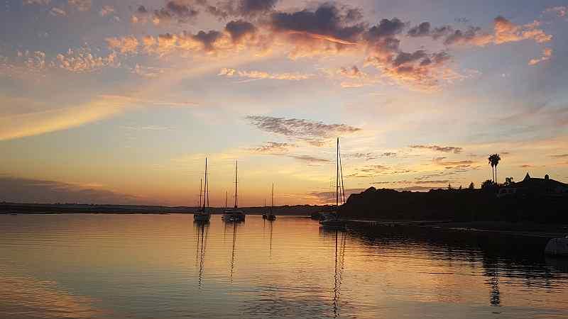 Ankertage: Alvor, neue Bekanntschaften und Schiffe auf Drift